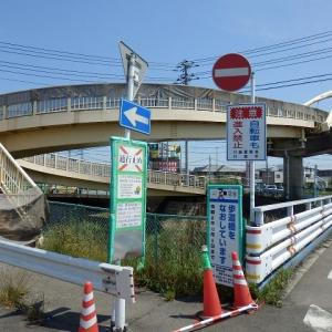 仙波跨道橋は改修工事中で階段は封鎖されている