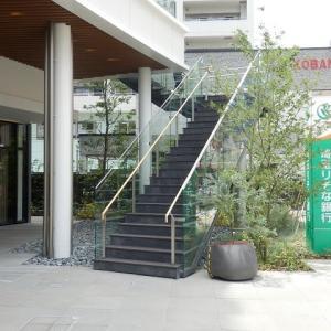 外付けの 黒き階段 やや怖し(U_PLACE)