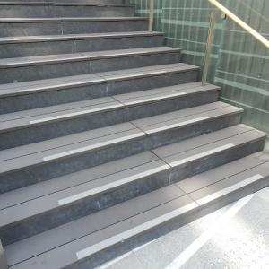 外付けの 黒木階段 一安心(U_PLACE)