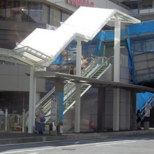 白い屋根 一部現れ 夏の雲(川越駅東口歩行者用デッキ工事中)