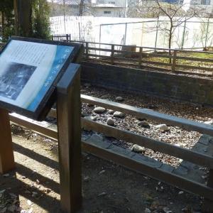 今いずこ仙波の滝の水の音/ベンチでひそひそ3つのボール(仙波河岸史跡公園)