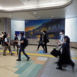 2週前ようやく決まる無観客/カメラ前過ぎ行く人の影ブレて(川越駅)