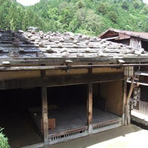 板葺き石置き屋根の町屋 ②