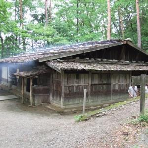 板葺き石置き屋根の民家 ④