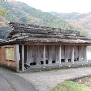 石葺き屋根の倉庫