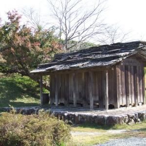 移築された石葺き屋根の倉庫