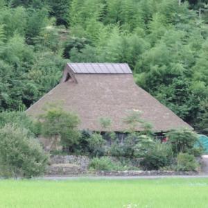 茅葺き屋根民家が薄鉄板葺屋根に