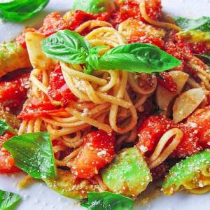 アボカドとトマトのパスタ ~ごろごろ果実&野菜のソース~