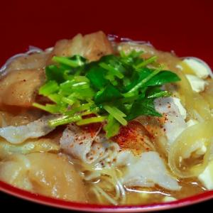 豚汁にゅー麺 ~豚肉と併せ味噌の風味を吸った麩が決め手~