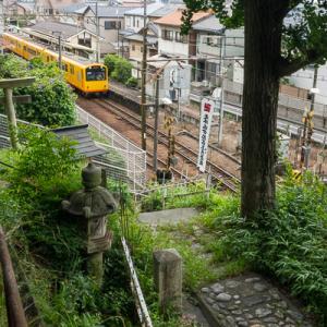 地蔵尊と駅と (三岐鉄道北勢線)
