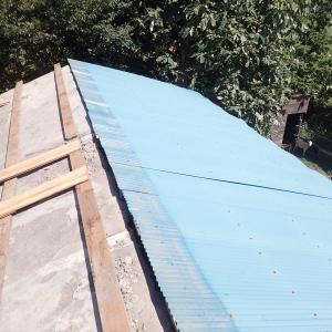 蔵の再生が始まる・まずは屋根トタンの撤去から(2020年9月21日)