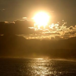 昨日の夕日から今朝の北浜海岸。