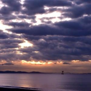 今朝の相模湾の空。