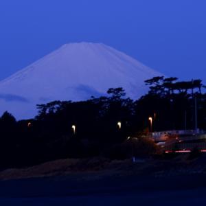 新雪被った富士山。