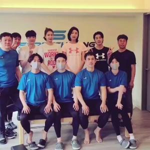 【動画】ユノとキムヨンギョン選手たちとの集合ショット