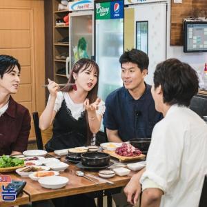 【画像】ソウルの田舎者公式  ユノ&出演者の皆様との食事カット