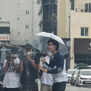 【画像】7/27 江陵で撮影中のユノに遭遇!! 光っていカッコいい…