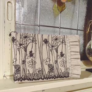 お花の刺繍生地でお揃いポーチも作りました♪