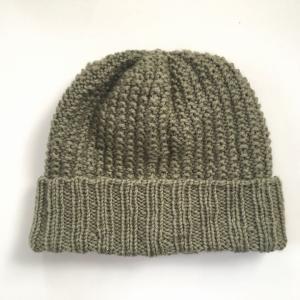 モスグリーンのニット帽