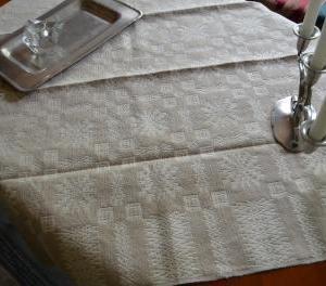 41.雪の結晶を織り込んだベージュのテーブルクロス