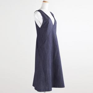 デニム素材のジャンパースカート