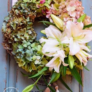 フレッシュフラワー 紫陽花ベースにカサブランカで香りも楽しむリース