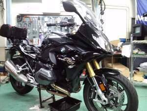 黒一色の渋いバイク。
