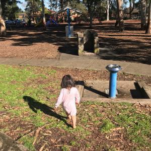 公園で洋服を脱ぎ出した2歳児にかけた言葉
