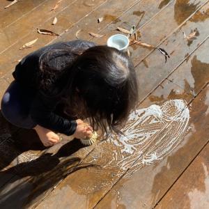 3歳児にデッキ掃除をお願いしました