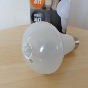 洗面所の照明を1,000円の人感センサー付きLED電球に変えました
