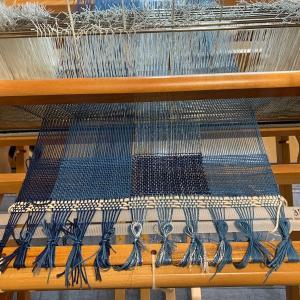 織り始めた。