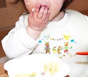離乳食で手づかみ食べをさせていたら、自分でお口に運べるようになりました♪