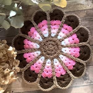 毛糸のお花たちをたくさん並べます