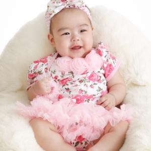 ピンクのベビー服で記念撮影