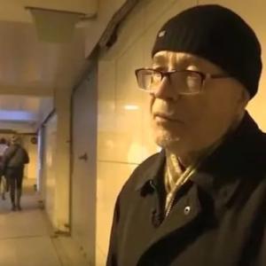 島の詩人はサンクトペテルブルグの地下鉄で詩を読んで生計を立てています