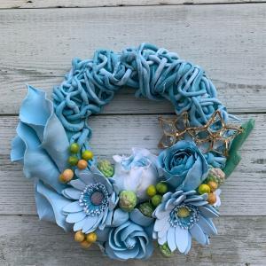 籐風のロープで編んだブルーのリース