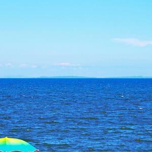 空は晴れ、海は青。海風で