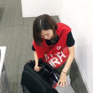 久冨慶子アナ 取材準備中に胸チラ、ブラチラ!!【GIF動画あり】
