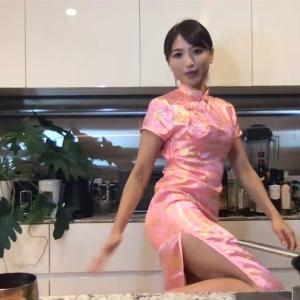 望月理恵アナ チャイナドレスのスリットから太ももを露出して見せつける!!【GIF動画あり】
