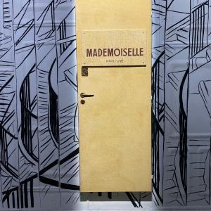 CHANEL マドモアゼルプリヴァ展 ホワイト ベージュ ブラック