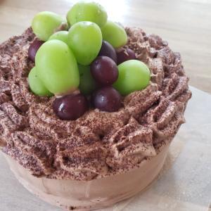 濃厚チョコレートケーキにシャインマスカット
