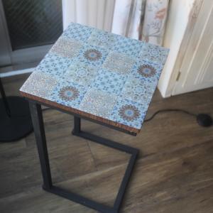 カインズのタイルシールをサイドテーブルに貼りました