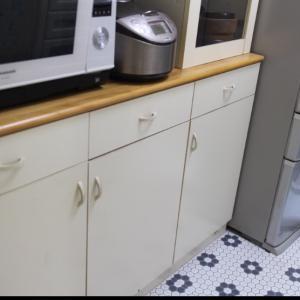 DIY★ダイソーのタイル柄リメイクシートを食器棚に貼ってみる