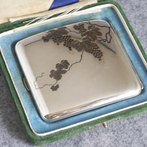 純銀製 切り嵌め細工 たわわに実った葡萄の意匠のシガレットケース 戦前の男性のおしゃれその5