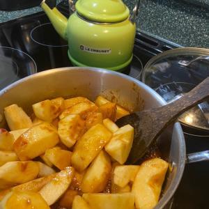 今、アップルパイを作っています。