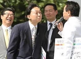 鳩山元首相が来韓盧元大統領の墓参り後に釜山大で講演