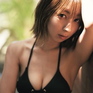【画像】ラブライブ!声優の飯田里穂、約6年ぶり水着姿披露!芸能生活20周年記念写真集