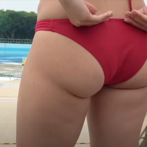 【画像あり】尻のデカい女性がキツめの水着を着るとこうなります