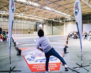 【画像】東工大の紙飛行機コンテスト、紙を丸めて投げた人が1位と3位を取ってしまうwww