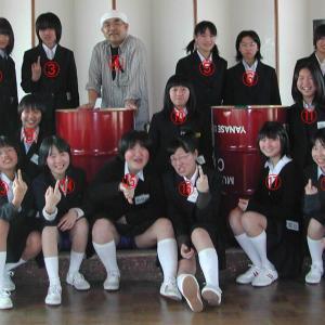 【画像】えちえち女子高校生さん、集合写真でパンチラしてしまう